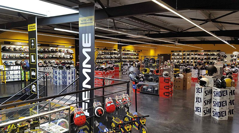 Agencement magasin de cycles agencement boutique sport for Magasin accessoire piscine